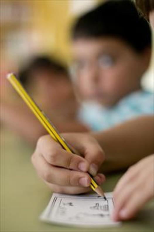 Dos estudiantes de quinto de primaria de Barcelona hacen deberes en casa de uno de ellos.