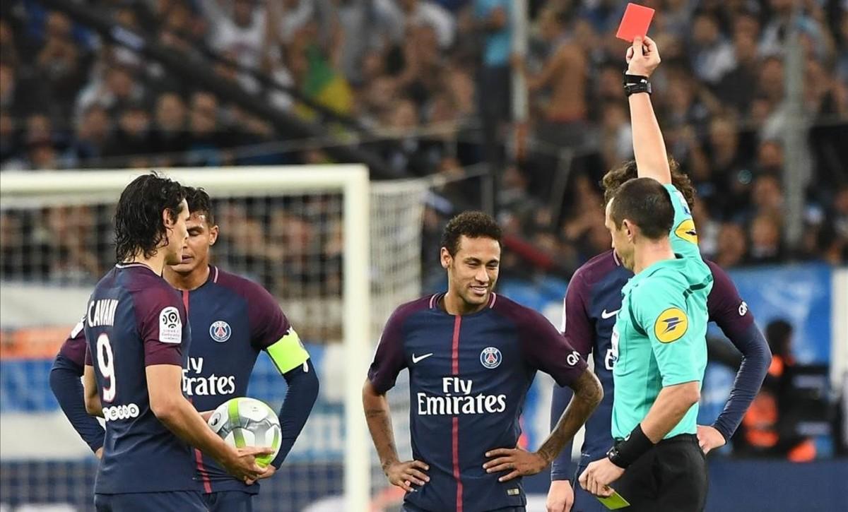 El árbitro muestra la tarjeta roja a Neymar en el estadio Velódromo de Marsella.