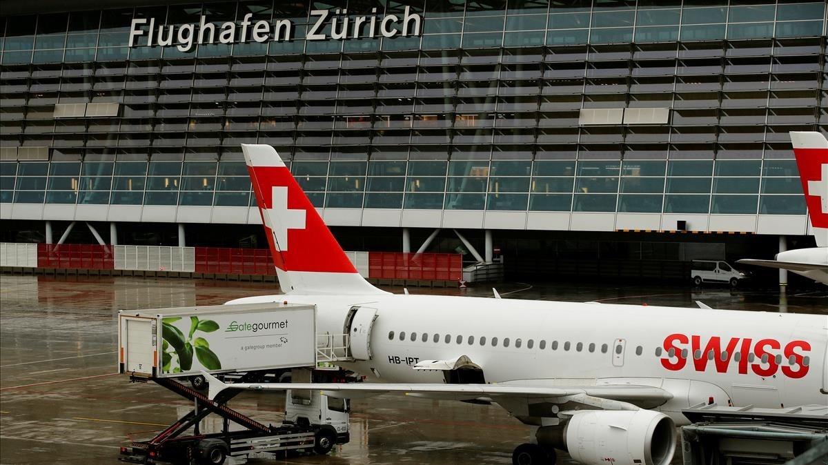 Un avión de la aerolínea Swiss estacionado en el aeropuerto de Zúrich, el 16 de enero.