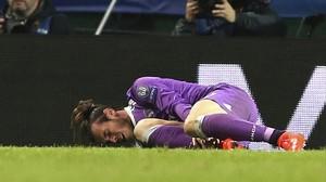 Bale,en el suelo tras caer lesionado en el encuentro ante el Sporting de Lisboa enel José Alvalade.