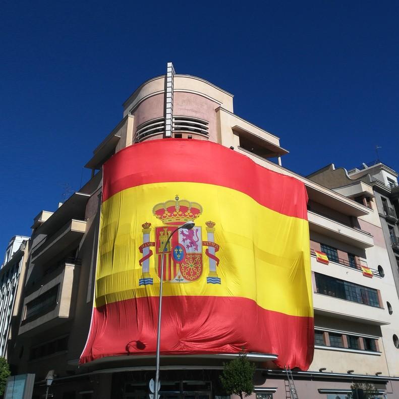 Imagen de la una bandera española gigante queTeatro Barceló colocóen la facahada del edificio dela discoteca.