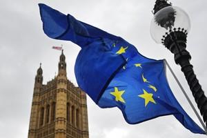 La bandera de la Unión Europea a las puertas del Parlamento británico en Londres.