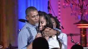 Barack Obama le canta Cumpleaños feliz a su hija Malia,durante la festividad del 4 de julio.