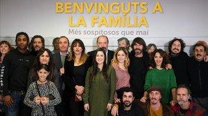 Los actores de Benvinguts a la família, con directivos de TV-3,en la presentación de la segunda temporada.