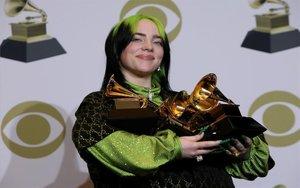 Billie Eilish posando con sus premios Grammy.
