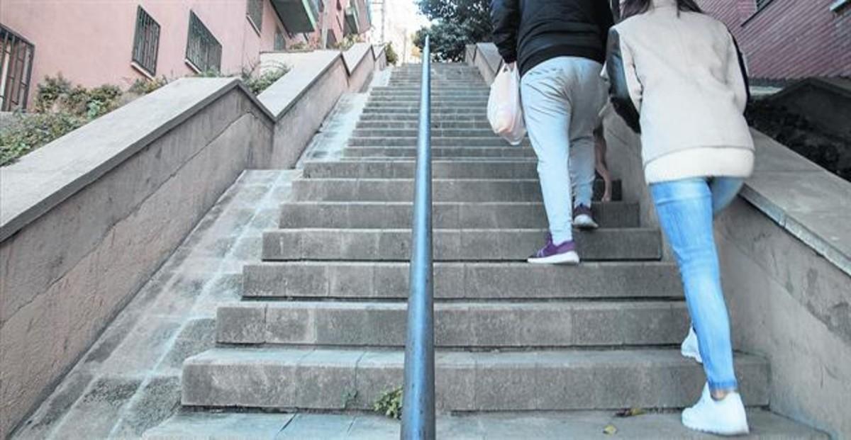 Calle de la Mare de Déu dels Àngels, con 80 escalones en el barrio de la Teixonera, en la que el ayuntamiento instalará escaleras mecánicas.