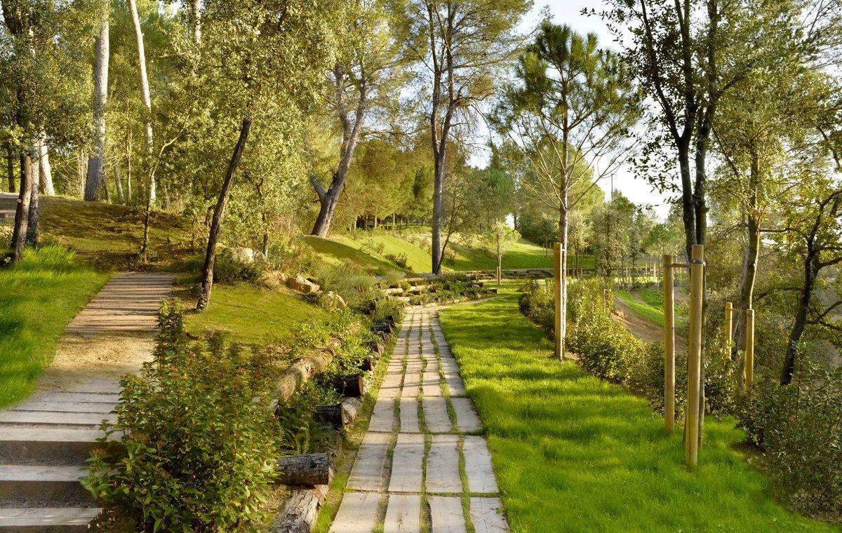 El Camino del Bosque, en el cementerio comarcal Parc de Roques Blanques.
