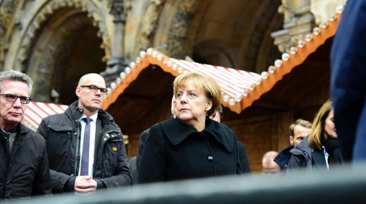 La cancillera Angela Merkel en el lugar del atentado.