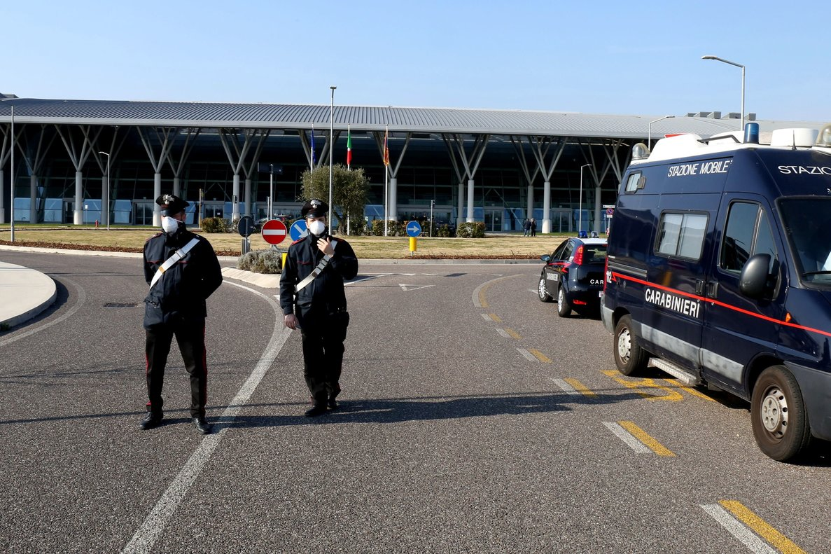 La policía italiana vigila un hospital en Padua.