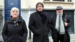 Carles Puigdemont junto a Clara Ponsatí y Lluís Reig, en Bruselas.
