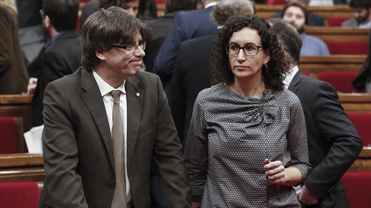 Carles Puigdemont y Marta Rovira, en el hemiciclo del Parlament.