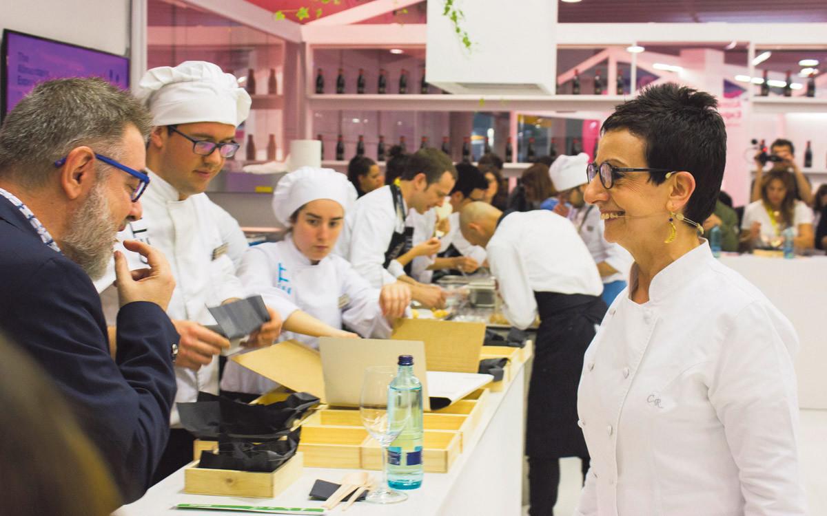 Carme Ruscalleda, junto a Pau Arenós, durante el taller magistral celebrado en Alimentaria.