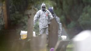 Agentes de la policía británica investigan el envenenamiento del exespía Skripal y de su hija.