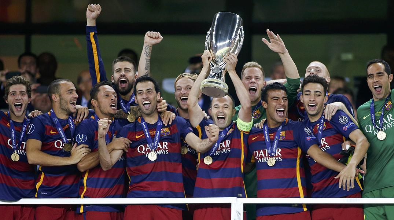 Los jugadores del Barça recogen eufóricos el trofeo de campeones en el estadio Dinamo Arena de Tiflis (Georgia).