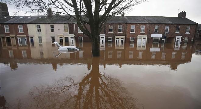 Las inundaciones azotan el noroeste de Inglaterra