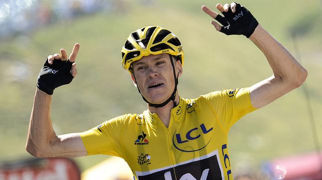 Chris Froome celebra el seu triomf en la desena etapa del Tour, al seu pas per la línia de meta a la Pierre Sain Martin.