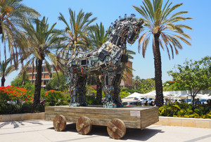 El Cibercaballo, creado con piezas de ordenadores y móviles y situado en la Universidad de Tel-Aviv, representa la fragilidad de los aparatos electrónicos.
