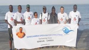 Foto del grupo que participó en el récord decruzar a nado los 26 kilómetros del estrecho Senegal-Gambia.