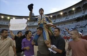 El torero Miguel Tendero sale a hombros de la Monumental, en agosto del 2010.