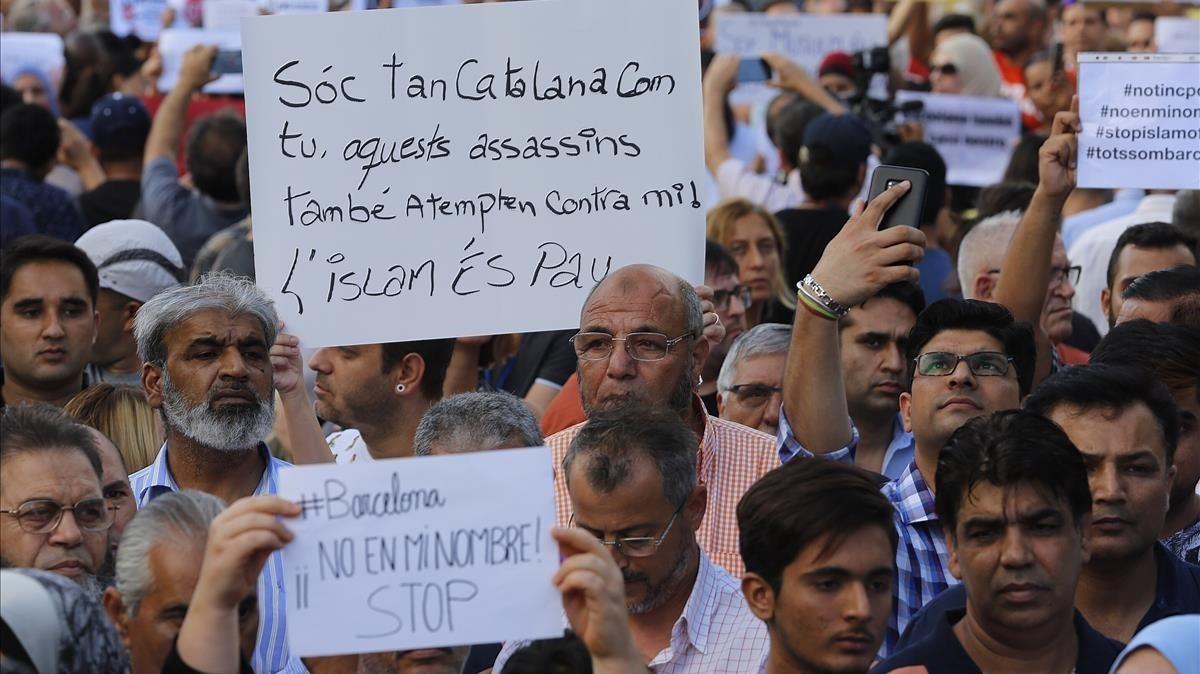 La manifestación de la comunidad musulmana en la plaza de Catalunya.