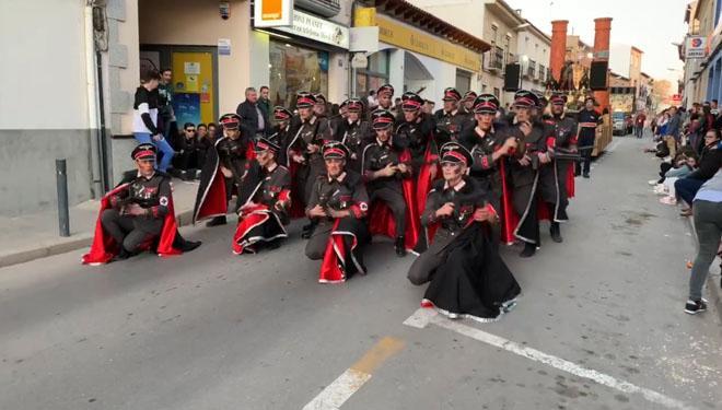 Comparsa con temática del Holocausto participa en un desfile de Carnaval.