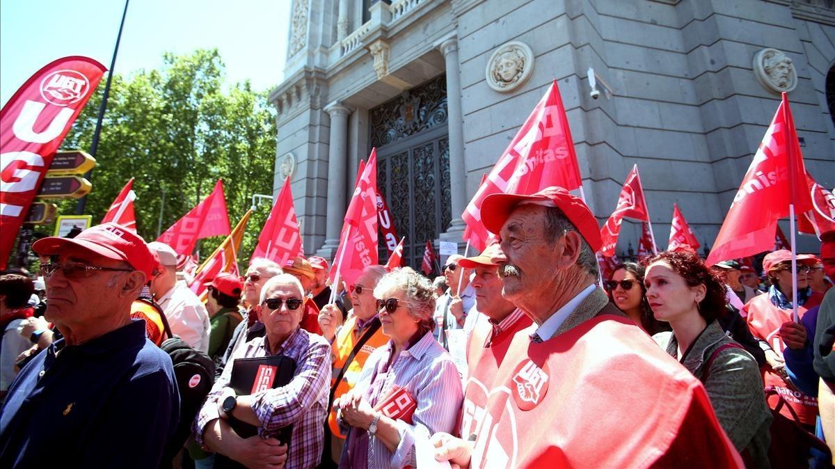 Concentración de pensionistas ante el Banco de España.