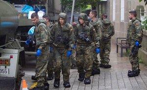 Miembros del Regimiento Zamora del Ejército se disponen a desinfectar una residencia donde se han detectado casos de coronavirus, en Vigo.