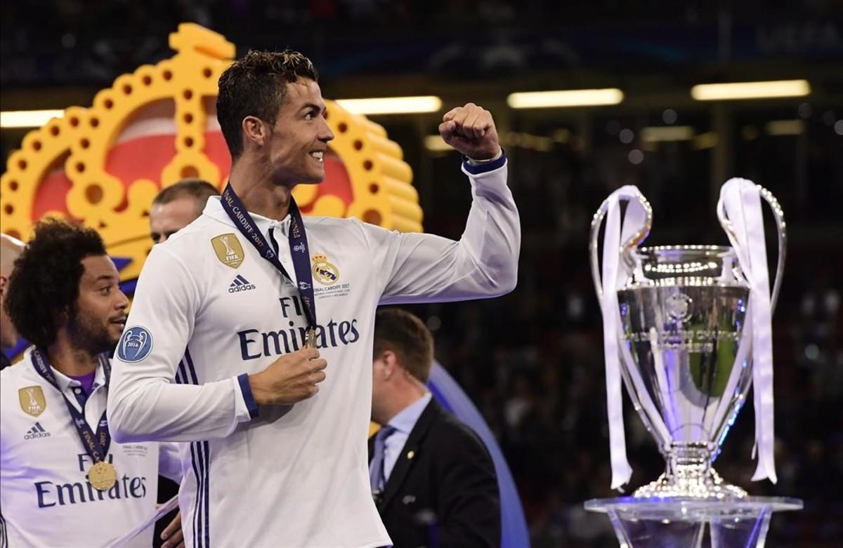Cristiano Ronaldo celebra el triunfo junto al trofeo, este sábado en Cardiff.