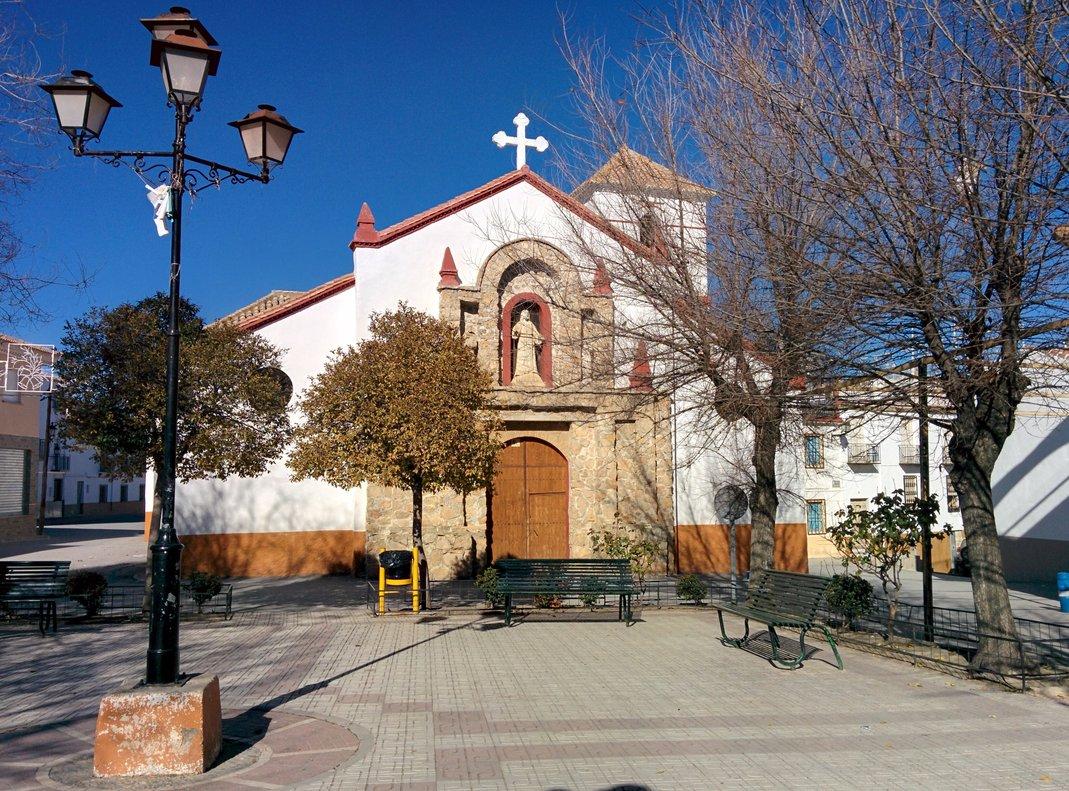 La plaza de la Iglesia de Dehesas Viejas.