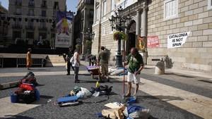 La fachada del Palau de la Generalitat sin las tiendas que había esta madrugada, a las 12.15 de este mediodía.