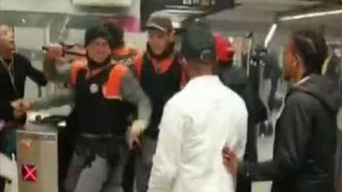 Un joven ha sido detenido esta madrugada por agredir a los vigilantes de seguridad del metro, que se han enfrentado a un grupo que ha intentado entrar sin pagar en la estación de metro El Maresme-Fòrum.