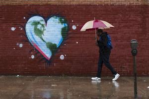 Un hombre pasea junto a un mural alegórico del Día de la Tierra en Filadelfia (EEUU), este viernes.