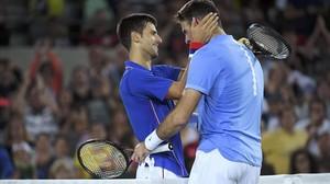Djokovic y Del Potro se abrazan tras la victoria del argentino sobre el número 1 del mundo.