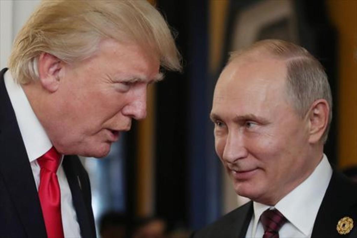 Donald Trump (izquierda) y Vladímir Putin, en una cumbre celebrada en Danang (Vietnam) el año pasado.