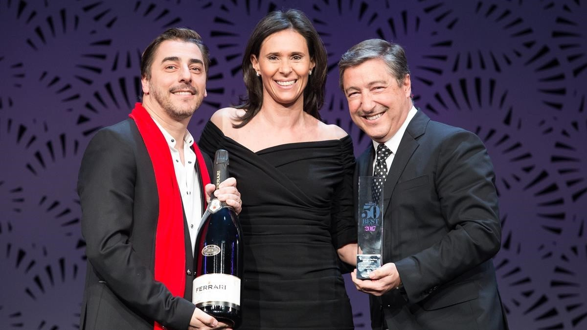 Dos de los hermanos Roca recibiendo el galardón de The Worlds 50 Best Restaurants.