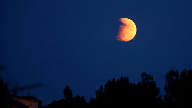 El eclipse parcial de luna visto desde Puebla de Sanabria (Zamora).
