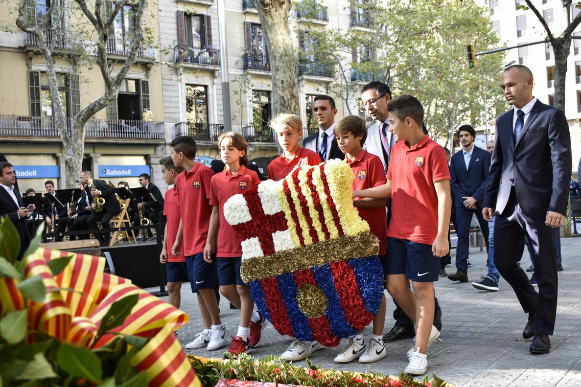 Entrega floral del Barcelona, presidida por el presidente del club, Josep Maria Bartomeu, ante el monumento a Rafael Casanova.
