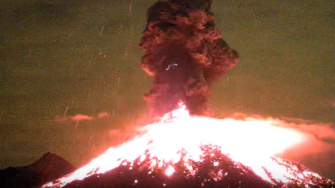 Erupció del volcà Colima, a Mèxic, captadaper una webcam el 18 de gener passat.