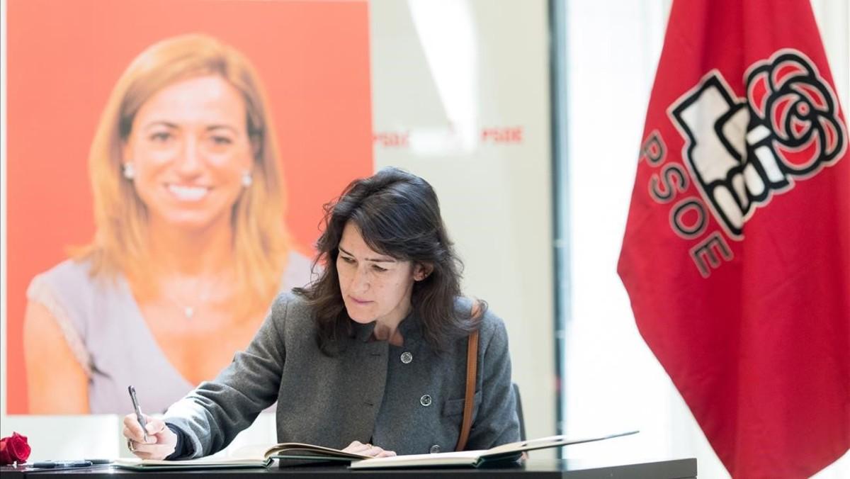 Ángeles González-Sinde firma en el libro de condolencias por la muerte de Carme Chacón, el lunes 10 en la sede del PSOE.