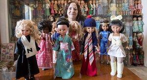 Esperanza Ramos, con algunas de las más de mil Nancys de su colección, en su casa del Poblenou.