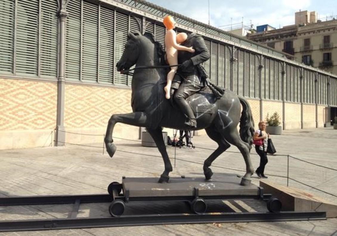 Barcelona 18 10 2016 Una muneca hinchable en la estatua del decapitado Franco