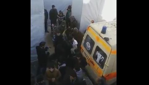Momento en que colocan en una ambulancia a varios heridos para evacuarlos de Alepo.