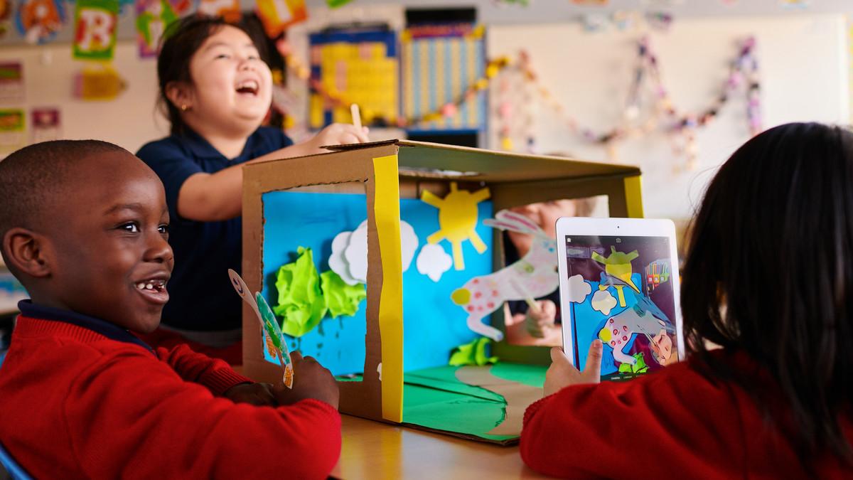 Estudiantes participando en el nuevo plan de Apple Everyone Can Create