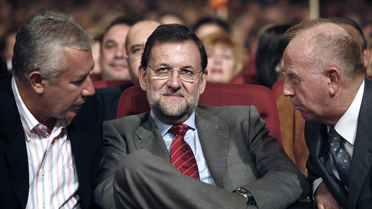El exalcalde de Torremolinos Pedro Fernández Montes (derecha), junto a Javier Arenas y Mariano Rajoy, en un acto del PP en la ciudad malagueña en el 2007.
