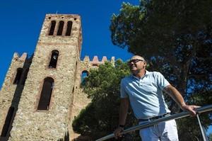 El exatleta olímpico Alberto Ruiz, junto al castillo de Torre Baró, el emblemático mirador, en Nou Barris.