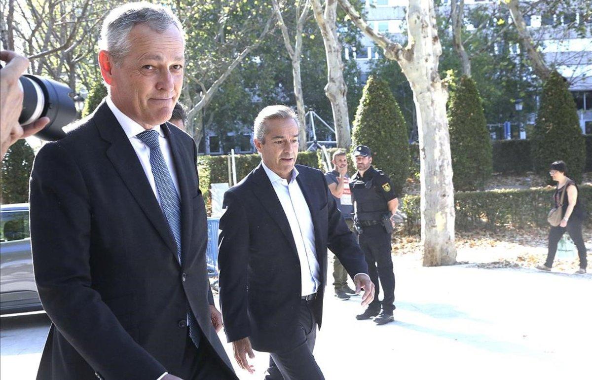 El exCEO del BBVA Angel Cano y Ricardo Gomez Barredo (derecha), antes de declarar en la Audiencia Nacional por el 'caso Villarejo'.