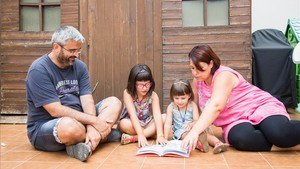 Félix Donoso y Marisa Cera, con sus hijas Judit y Ester.