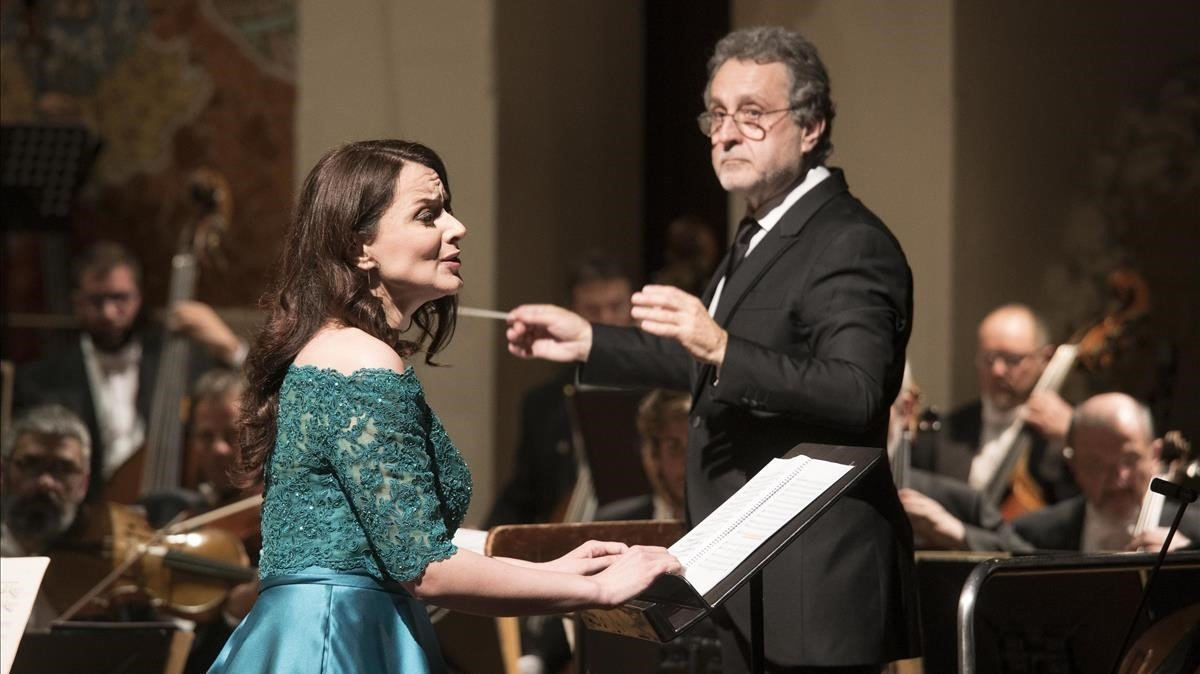Anita Harting canta mientras Josep Pons dirige a la Simfònica del Liceu, en el Palau de la Música, el martes pasado.