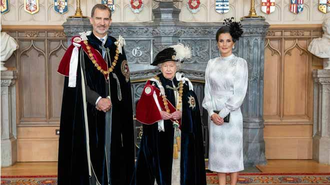 Felipe VI fue investido este mediodía nuevo caballero de la Orden de la Jarretera, la máxima distinción del Reino Unido, en una ceremonia que se ha celebrado en el Salón de Trono de Castillo de Windsor en presencia de la reina Isabel II.