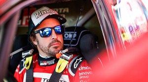 Fernando Alonso, en su Toyota Hilux, antes de iniciar la tercera etapa de hoy en el Dakar.